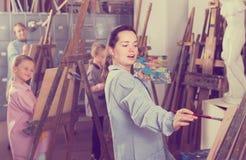 Учитель давая мастерский класс во время класса картины Стоковые Фото