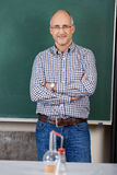 Учитель в классе химии Стоковая Фотография