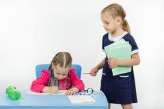 Учитель девушки стоит на столе студента Стоковая Фотография