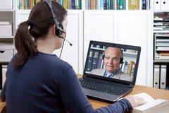 Учитель звонка шлемофона женщины видео- Стоковое фото RF