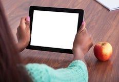 Учитель используя таблетку цифров на классе Стоковые Изображения