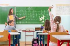 Учитель и студенты в классе: учить стоковая фотография rf