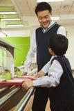 Учитель и студент говоря в школьном кафетерии стоковые фотографии rf