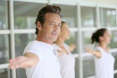 Учитель йоги направляя группу Стоковые Изображения