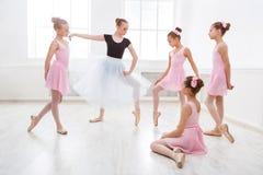 Учитель помогая ее студентам во время танц-класса Стоковое Изображение
