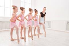 Учитель помогая ее студентам во время танц-класса Стоковое Изображение RF