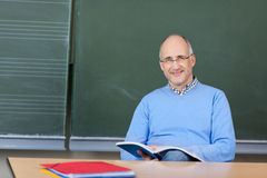 Учитель подготавливая урок Стоковое фото RF