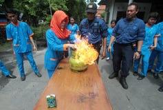 Учитель практики частной школы потушить огонь Стоковая Фотография RF