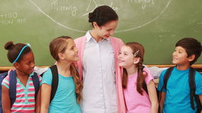 Учитель представляя с ее студентами акции видеоматериалы