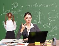 Учитель сидя на столе Стоковые Фотографии RF
