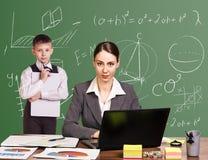 Учитель сидя на столе Стоковое фото RF