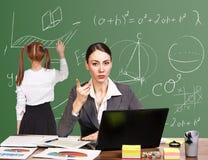 Учитель сидя на столе Стоковая Фотография