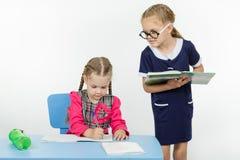 Учитель студента девушки диктуя диктовку Стоковые Изображения RF