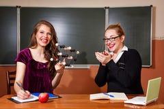 Учитель хвалит студента в классе химии стоковые фото