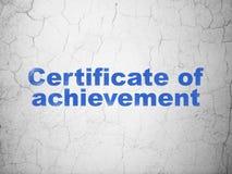 Учить концепцию: Сертификат достижения на предпосылке стены стоковые изображения