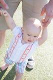 учить к прогулке малыша стоковая фотография