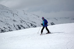 учить подросток лыжи к Стоковые Фотографии RF
