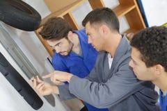 Учить работу во время практически интернатуры в гараже стоковая фотография rf