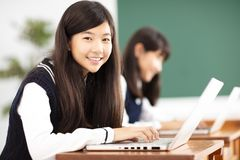 Учить студента подростка онлайн с компьтер-книжкой в классе стоковые фото