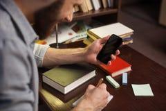 Учить с телефоном mush более легкий Стоковые Фотографии RF