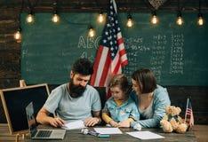 Учить творческих способностей Отец учит искусству бумаги складывая к маленькому сыну, творческим способностям Творческие способно стоковая фотография rf