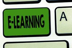Учить текста e почерка Концепция знача уроки проведенные через электронные средства массовой информации типично в Интернете стоковое изображение rf