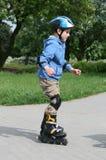 учить rollerblades езды к стоковое фото