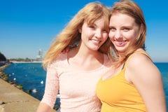 2 лучшего друга женщин имея потеху внешнюю Стоковое Фото