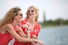 2 лучшего друга смеясь над в летнем дне Стоковое фото RF
