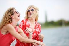 2 лучшего друга смеясь над в летнем дне Стоковое Фото