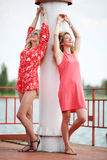 2 лучшего друга смеясь над в летнем дне Стоковые Фотографии RF