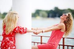 2 лучшего друга смеясь над в летнем дне Стоковая Фотография