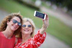 2 лучшего друга смеясь над в летнем дне Стоковая Фотография RF