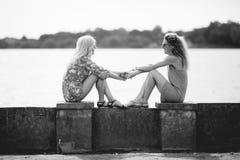 2 лучшего друга смеясь над в летнем дне Стоковые Фото