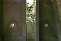 2 душа в ванной комнате открытого бассейна Стоковое Изображение