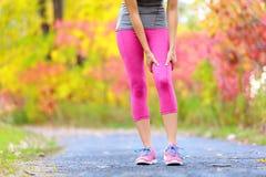 Ушиб мышцы женщины резвится бедренная кость бегуна стоковая фотография rf