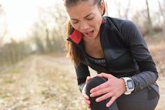 Ушиб спорт - бежать подходящая женщина с коленом мучит Стоковая Фотография