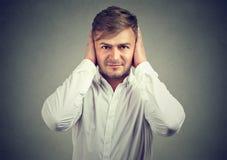 Уши заволакивания человека завещая безмолвие стоковое фото rf