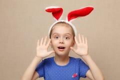 Уши зайчика милой девушки маленького ребенка нося на день пасхи Стоковое фото RF