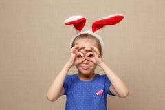 Уши зайчика милой девушки маленького ребенка нося на день пасхи Стоковые Фото