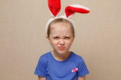 Уши зайчика милой девушки маленького ребенка нося на день пасхи Стоковая Фотография RF