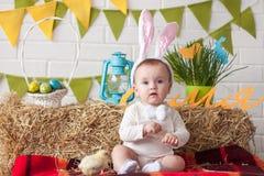 Уши зайчика милого маленького младенца нося на день пасхи Стоковое Изображение RF