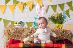 Уши зайчика милого маленького младенца нося на день пасхи Стоковые Изображения RF