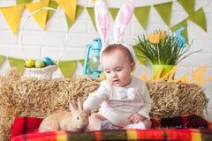 Уши зайчика милого маленького младенца нося на день пасхи Стоковые Изображения