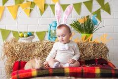 Уши зайчика милого маленького младенца нося на день пасхи Стоковая Фотография