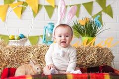 Уши зайчика милого маленького младенца нося на день пасхи Стоковое фото RF