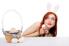 Уши зайчика прелестной девушки нося на день пасхи Стоковое Фото