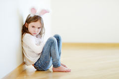 Уши зайчика сердитой маленькой девочки нося стоковые фотографии rf