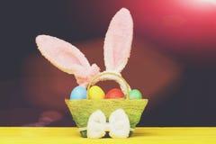 Уши кролика в розовом цвете положили в зеленую корзину Стоковые Изображения RF