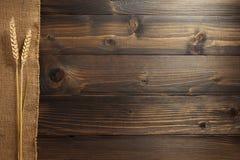 Уши пшеницы на древесине Стоковые Изображения RF
